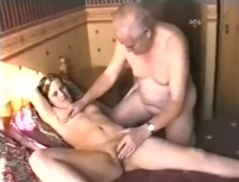дед застал внучку порно